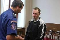 Pävels Čursins (31) odcházel v listopadu od krajského soudu s desetiletým vězením za pokus vraždy. Vrchní soud změnil kvalifikaci v těžké ublížení na zdraví a snížil trest na šest let.