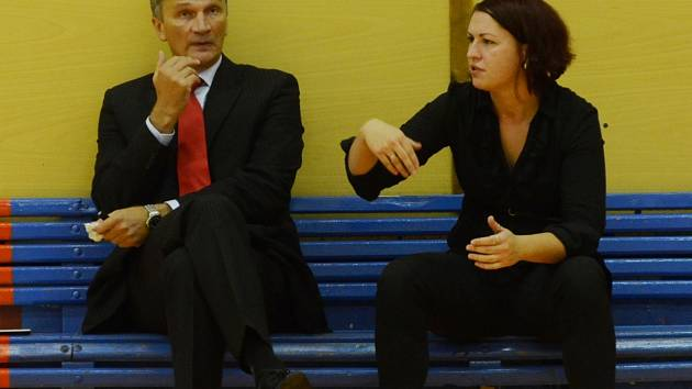 TAKTIKA. Kouč Strakonic Ivan Beneš (vlevo) se radí o zápasové taktice  se svou asistentkou Kateřinou Konvičkovou.