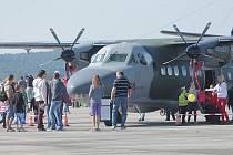 Stovky návštěvníků vyrazily o víkendu na letiště.