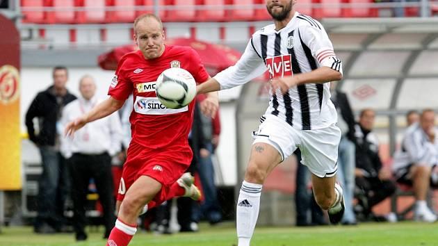 Roman Lengyel v sobotním zápase v Brně stíhá exbudějovického Pavla Mezlíka.