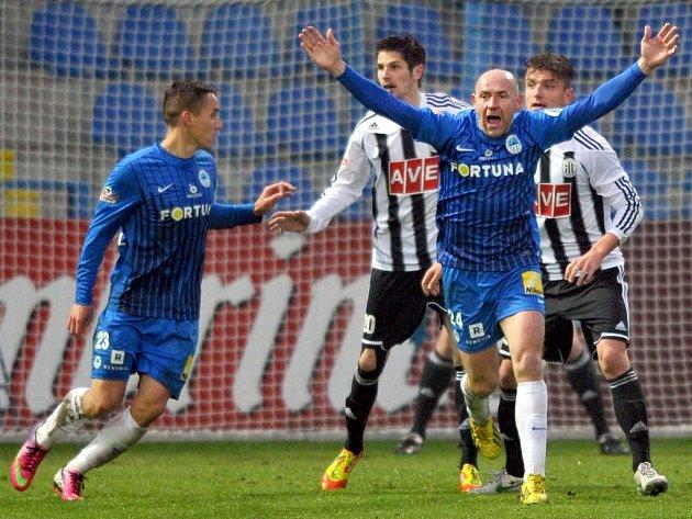 Liberecký Jiří Štajner se raduje z prvního gólu v síti Dynama, Petr Javorek a Filip Rýdel smutní.