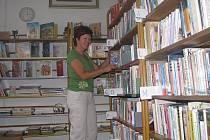 Pětapadesátiletá Anna Maroušková vede lišovskou městskou knihovnu. Má zde na starost téměř 14 tisíc literárních děl a další stále přibývají.