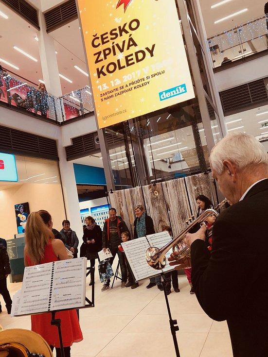 Česko zpívá koledy v českobudějovickém obchodním centru IGY.