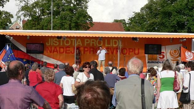 Na pódiu nemohl chybět předseda ČSSD Jiří Paroubek a mítinku se účastnili i regionální tváře ČSSD. Například poslankyně Vlasta Bohdalová nebo hejtman Jiří Zimola.