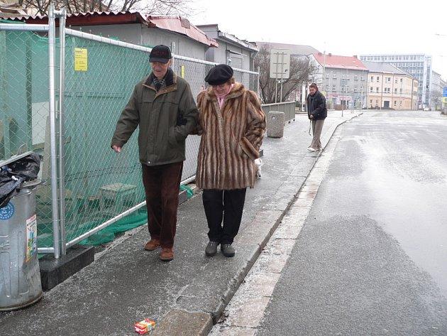 Ranní procházka vyžadovala v neděli v ulici Karla IV. v Českých Budějovicích zvýšenou opatrnost.
