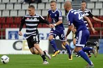 Patrik Čavoš v zápasy Dynama v Olomouci uniká domácímu Jakubu Plšekovi.