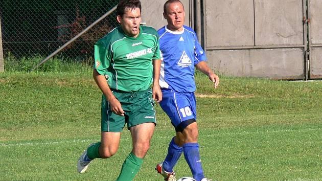 Na rozdíl od áčka SK Ševětín B doma o víkendu podlehl – ve III.třídě Chrášťanům 1:2. Na snímku Jirásek uniká domácímu Petříkovi.