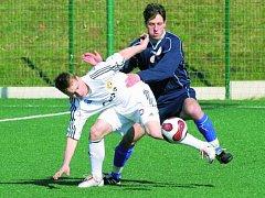 Písecký Malý (v duelu s Vejprnicemi se snaží vymanit ze sevření hosta Hrdličky) dal druhý gól svého týmu.