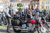 Na Jízdu gentlemanů vyrazilo v neděli v Českých Budějovicích 38 chlapů na krásných starých motorkách, aby upozornili na rakovinu prostaty.