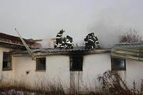 Při požáru opuštěného prasečáku v Lišově včera dopoledne zemřel muž (nar. 1980) z jihu Čech. Požár pravděpodobně vznikl nedbalostí při manipulaci s otevřeným ohněm. Přesná příčina úmrtí bude stanovena až na základě zdravotní pitvy.