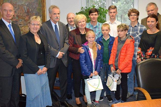 Jihočeská hejtmanka Ivana Stráská ocenila školáky, kteří uspěli v celostátní technické soutěži.