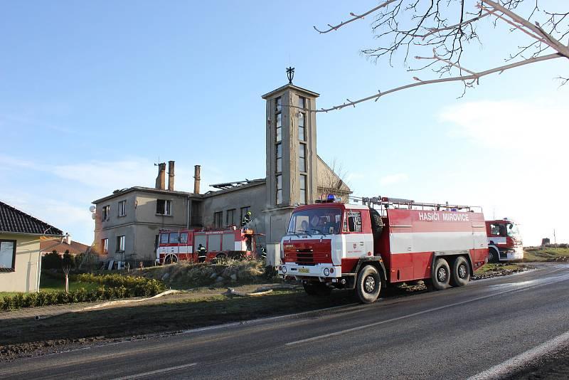 Požár kostela Církve československé husitské v Mirovicích na Písecku v roce 2015.