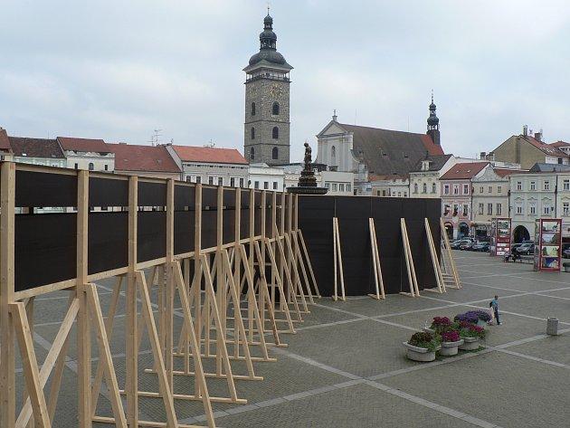 Dřevotřískové desky a trámy zakryly větší část barokní Samsonovy kašny v Českých Budějovicích. Kašna je přístupná pouze chodbou z prvního patra Domu umění.