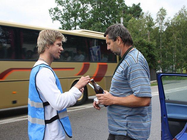 Promotér Jakub Dolina (vlevo) dává pivo jednomu ze vzorných řidičů, které v úterý stavěla policie na Borku.