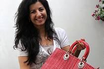 Jednou z patronek projektu, která také darovala kabelku, je módní návrhářka Tereza Sabáčková.