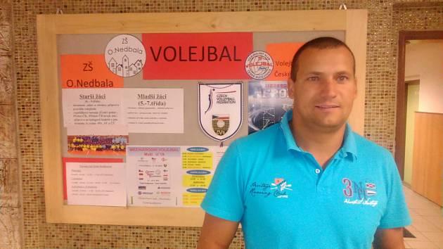 Volejbalisté Jihostroje ČB ve škole, učitel a trenér Tomáš Skolka