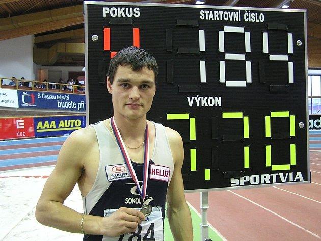 Tomáš Pour se propracoval k výtečným výkonům. Jeho osobní rekord je 788 cm,  na snímku po překonání hranice 770.
