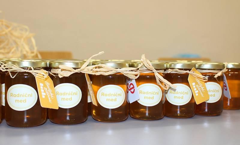 Čtyři úly včel byly na střechu radnice v Českých Budějovicích umístěny v dubnu 2013. Med slouží jako dárek pro návštěvy.