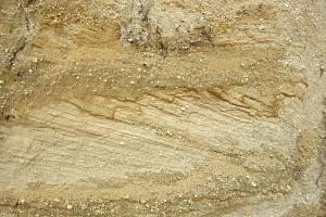 Šikmé vrstvy písku vzniklé na břehu Lužnice ve starších čtvrtohorách (pleistocénu), pískovna Cep II na Třeboňsku.