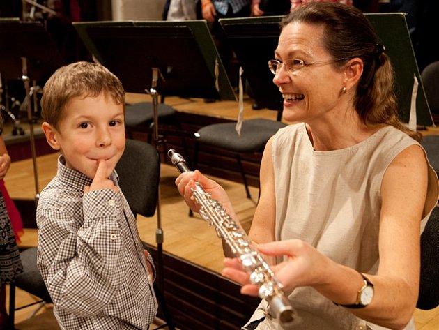 Jihočeská komorní filharmonie zahájila cyklus pro děti a rodiče. Na závěr prvního koncertu si děti mohly zahrát na nástroje filharmoniků.