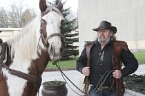 Zpěvák Standa Drobek Schwarz měl 22. prosince pohřeb na hlavím hřbitově v Českých Budějovicích. Zemřel 11. prosince 2014, bylo mu 57 let. Rozloučit se s ním přišly stovky lidí. Před smuteční síní čekal kůň s prázdným sedlem, jeho jezdec už odjel...
