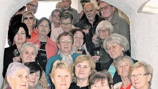 Do českokrumlovských zámeckých komnat, přilehlé zahrady, ale také oblastního archivu anebo muzea zavítalo v rámci jednotlivých lekcí Akademie třetího věku čtyřiadvacet seniorů ve věku od 60 téměř až do 90 let.