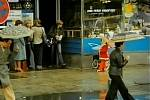 Pavel právě  vychází z bufet hotelu U Tří korun na Velkém náměstí v Písku, v suterénu bylo kino Oko. Dnes je v budově pojišťovna.