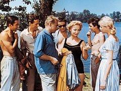 Vlasta Fabiánová (v tmavých plavkách) s mladými herci při Srpnové neděli. Herci si při natáčení stěžovali na komáry.