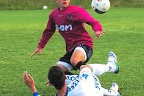 Michal Rakovan, jenž dal v sobotním duelu s béčkem Plzně důležitý vedoucí gól juniorky Dynama, uniká Jarkovskému.
