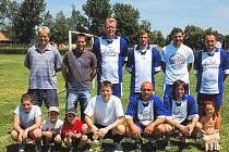 Futsalisté FC 30 Č. Budějovice (někteří i se svými potomky) po vítězném finále Platan Cupu: zleva nahoře Janda, Rožboud, Dvořák, Matoušek, Bouchal, Kortus, dole Suchý, Nídl a Řehoř.