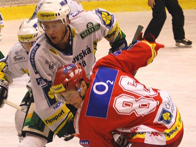 V závěrečné přípravě hráli českobudějovičtí hokejisté v Karlových Varech nerozhodně 4:4. Na našem snímku bojuje hostující Tomáš Mertl (v červeném) s Milanem Kraftem.