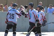 Zlivští hokejbalisté si mohou gratulovat k vydařené sezoně. Na snímku se radují ze vstřelené branky Roman Sedláček, ofenzivní lídr týmu Vlasta Mikoláš a Jiří Hájek (zleva).