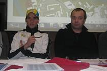 Zdeněk Štybar na tiskové konferenci v Táboře. Vpravo reprezentační trenér Petr Klouček.
