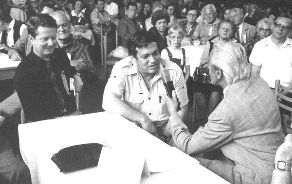 Písecký spisovatel Ladislav Beran si k70. narozeninám nadělil další knihu krimi příběhů Zločin přijde po půlnoci. Na snímku při besedě sPortyčáky, 70.léta minulého století.