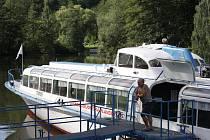 SLÁVA NAZDAR VÝLETU... Jednou z hlavních atrakcí, které v létě nabízí jihočeská metropole svým návštěvníkům, jsou vyhlídkové plavby na Hlubokou. Mnozí turisté  však odcházejí zklamaní.