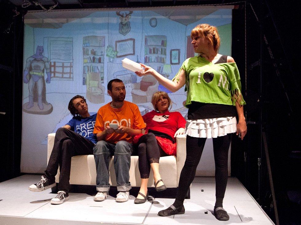 Malé divadlo láká na inscenaci Filmmakeři. Je to vtipná a chytrá parodie na svět filmařů. Na snímku zleva Bartoloměj Veselý, Jan Hönig, Lucie Škodová, v popředí Denisa Posekaná.