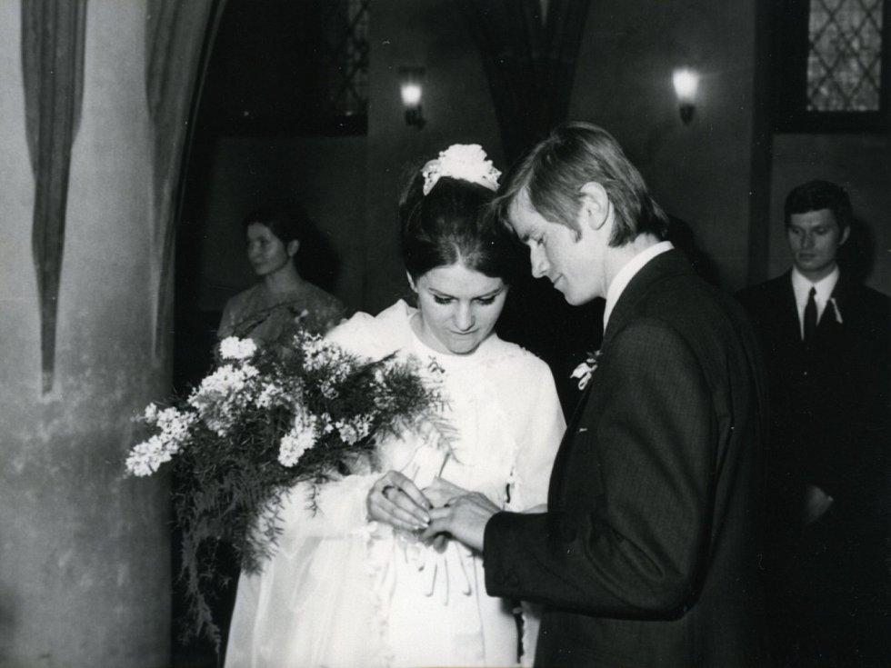 Spisovatel Miroslav Hule a svatba s první ženou Marcelou, Praha, 1969, Novoměstská radnice.