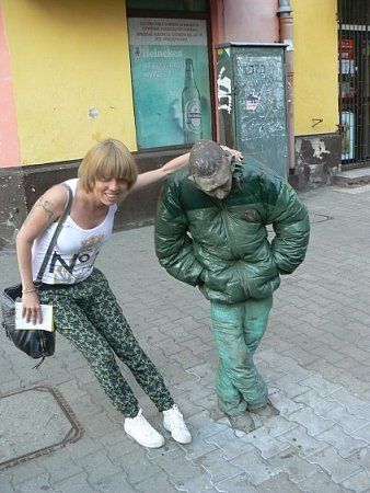 Opilec jako symbol. Vjedné znejchudších čtvrtí polské Varšavy mají sochu opilce, pana Žvýkačky, předlohu vybraly děti. Socha tak mluví osociální realitě upíjející se čtvrti.