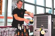 Některé oceněné pivovary nabídly ve vstupní hale Budějovického Budvaru, n. p., k ochutnávce svoji produkci. Na snímku točí tmavou šestnáctku – Svatováclavské pivo, Jan Martinka, podsládek Klášterního pivovaru Strahov.
