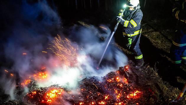 Hasiči varují před rozděláváním ohňů a pálením trávy.