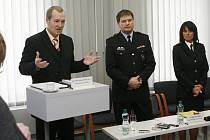 Bývalý policejní náměstek Roman Bláha (uprostřed) podle ministra vnitra Johna v kauze Malhockých nepochybil