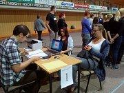 Sčítání volebních výsledků v českobudějovické sportovní hale, kde tradičně sídlí největší sčítací středisko v republice.