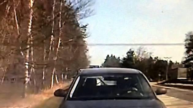 """Řidič Seatu """"pronásledoval"""" policejní vozidlo jedoucí se zapnutými """"majáky"""" a předjížděl uhýbající vozy."""