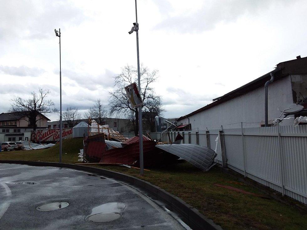 Vítr poškodil střechu v areálu Budvaru.