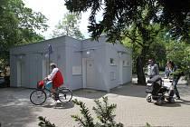 Rekonstruované veřejné WC v Českých Budějovicích, křižovatka Krajinské ulice a ulice Na Sadech.