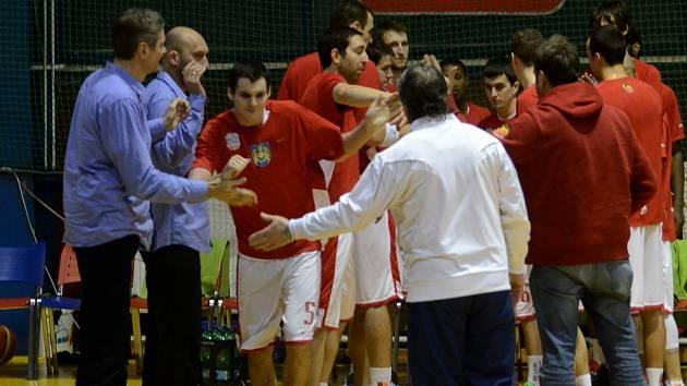 DOMA. Mládežnický reprezentant Petr Šlechta (uprostřed) si zahrál utkání Mattoni NBL na rodné palubovce v Písku.