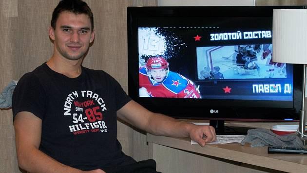 VOLNÉ CHVÍLE. Volný čas  mezi tréninky a zápasy si brankář Jakub Kovář snaží krátit také sledováním ostatních utkání a pořádů o KHL.