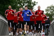 Fotbalisté Dynama v pondělí 24. června při výběhu do Stromovky.
