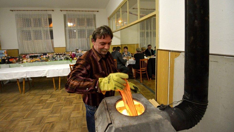 Teplo v čejkovickém sále hlídal Jan Kurila.