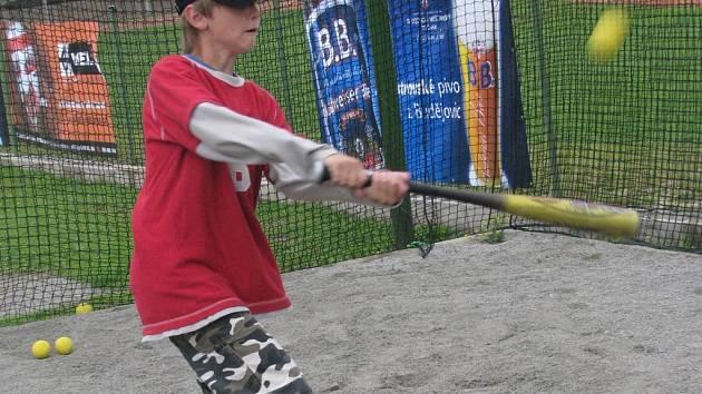I pro veřejnost je k dispozici atraktivní baseballový trenažér, s jehož asistencí si čtvrteční prázdninové dopoledne zpestřil Jan Kándl z Vlkovic.